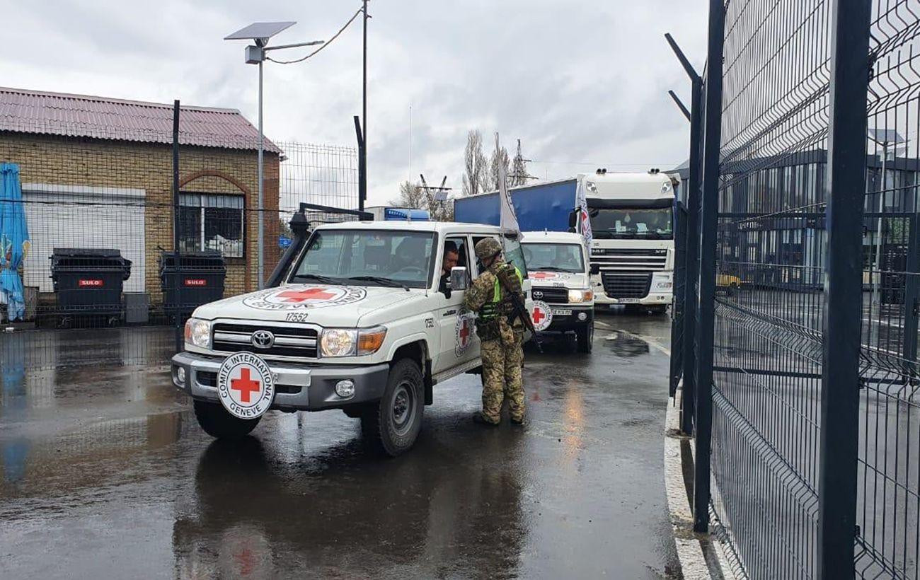 Красный Крест отправил в ОРДЛО три грузовика с гуманитарной помощью