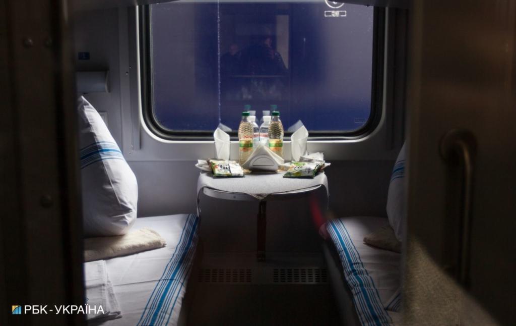 """В поїзді """"Рахів-Київ"""" помер пасажир, який вночі впав з верхньої полиці"""