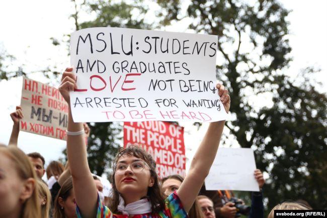 Протести в Білорусі: у Мінську затримали студентів на акції протесту