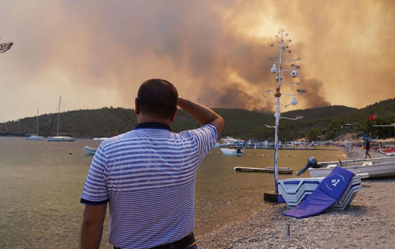 На юго-западе Турции лесной пожар вспыхнул недалеко от аэропорта