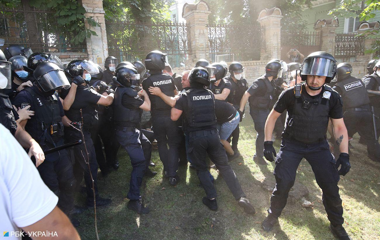 Двое участников беспорядков на Банковой задержали. Им грозит арест