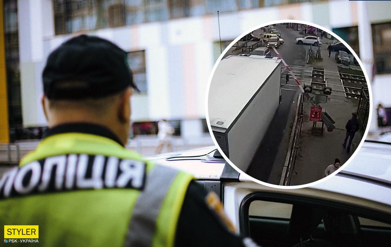 """Під Києвом водій на очах у поліції """"зніс"""" шлагбаум, але вони ніяк не відреагували (відео)"""