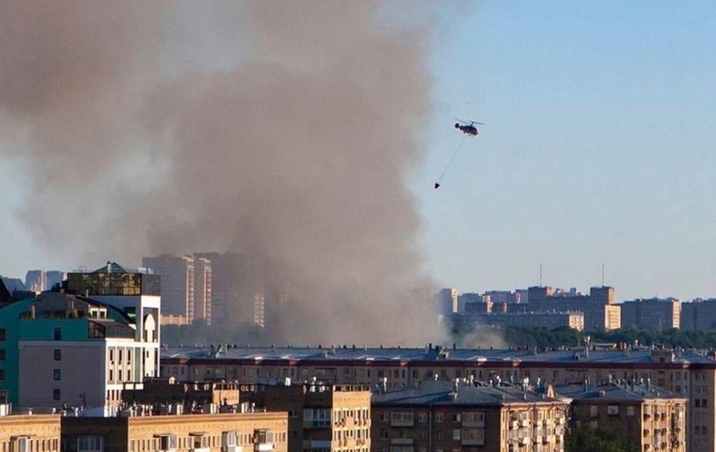 В Москве горит склад с пиротехникой. Гасят с катеров и вертолетов