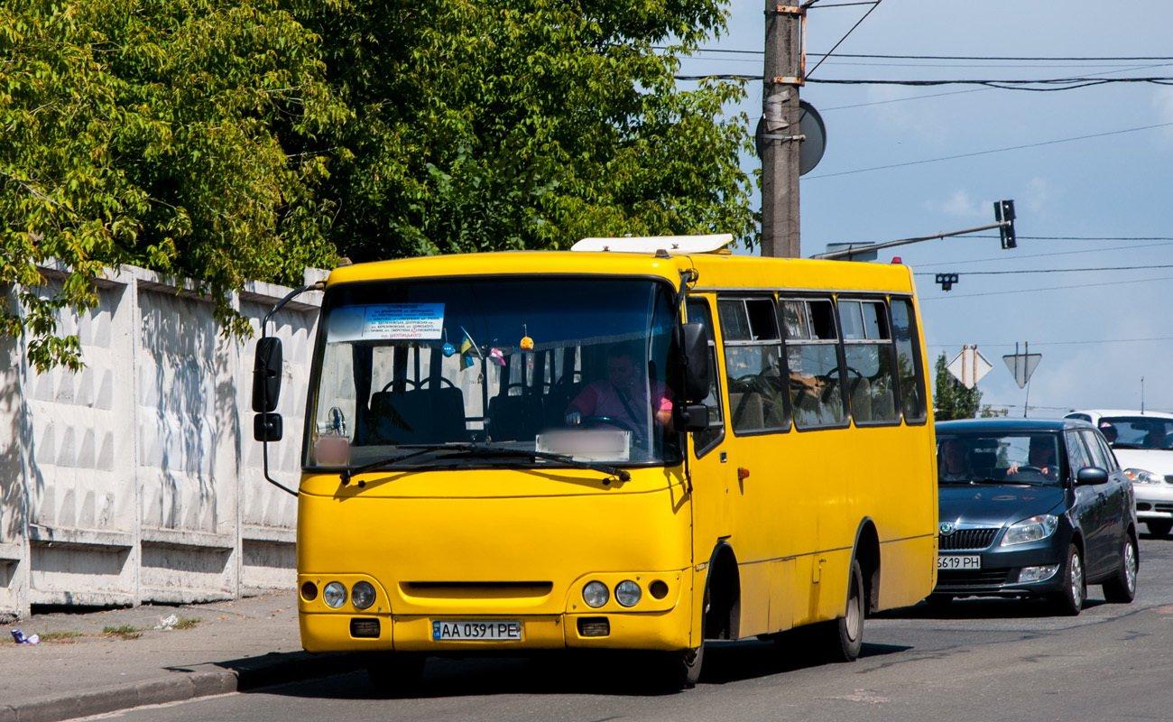 У Києві водій маршрутки виштовхав з салону дівчину, яка оплатила проїзд залізними гривнями – відео