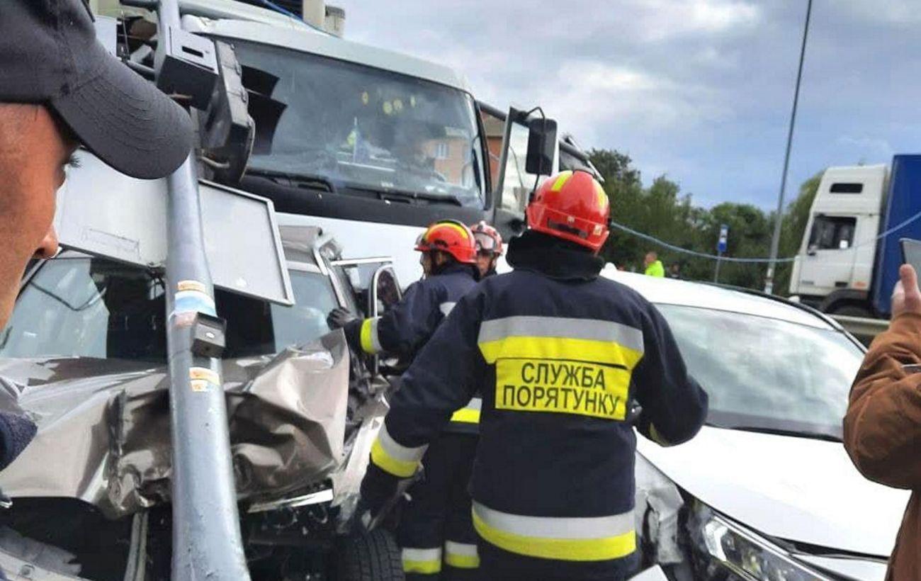 Масова ДТП на трасі Київ-Чоп: поліція затримала водія вантажівки