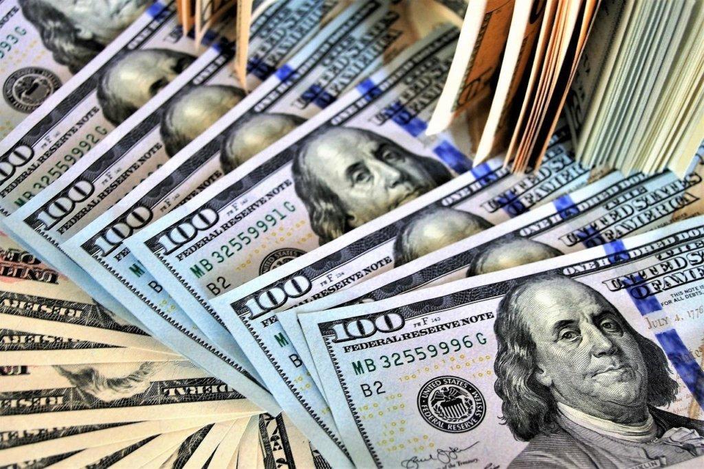 НБУ раптово знизив офіційний курс долара