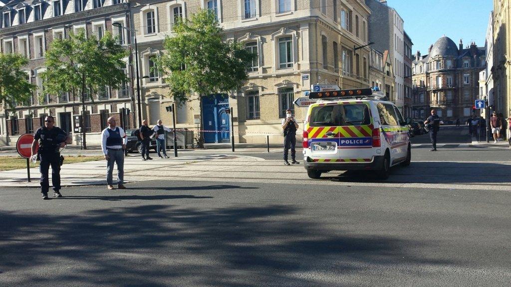 У Франції радикальний ісламіст захопив заручників у банку: всі подробиці та відео