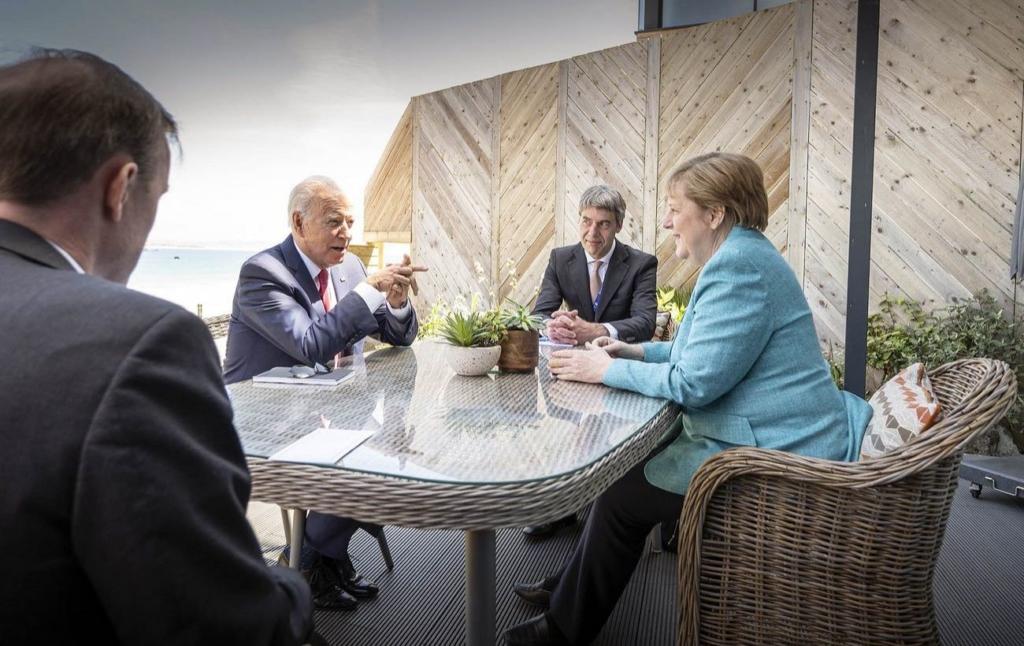 """Меркель обсудила с Байденом """"Северный поток-2"""""""
