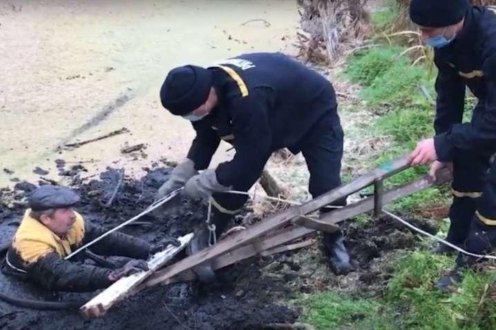 У Сумах рятувальники допомогли чоловікові, якого засмоктало болото