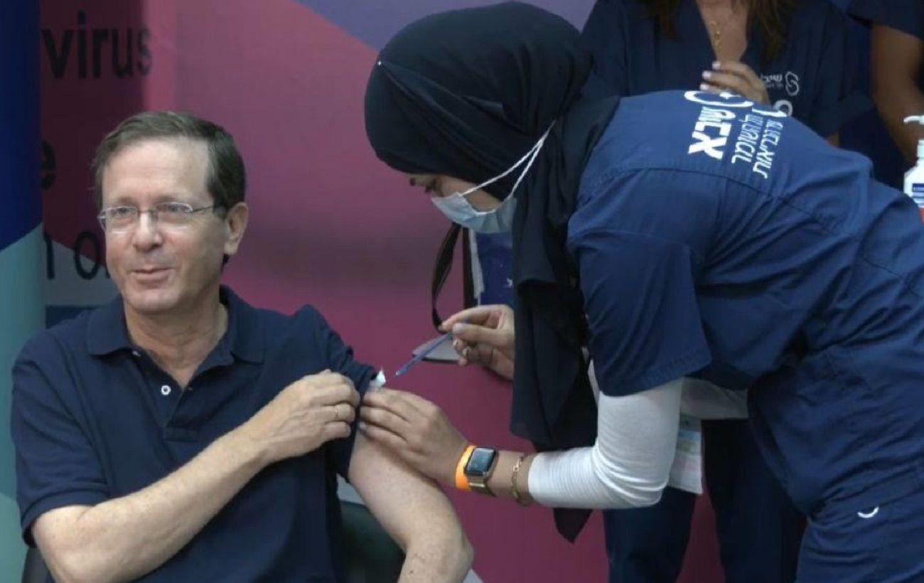 Президент Израиля третий раз вакцинировался от коронавируса