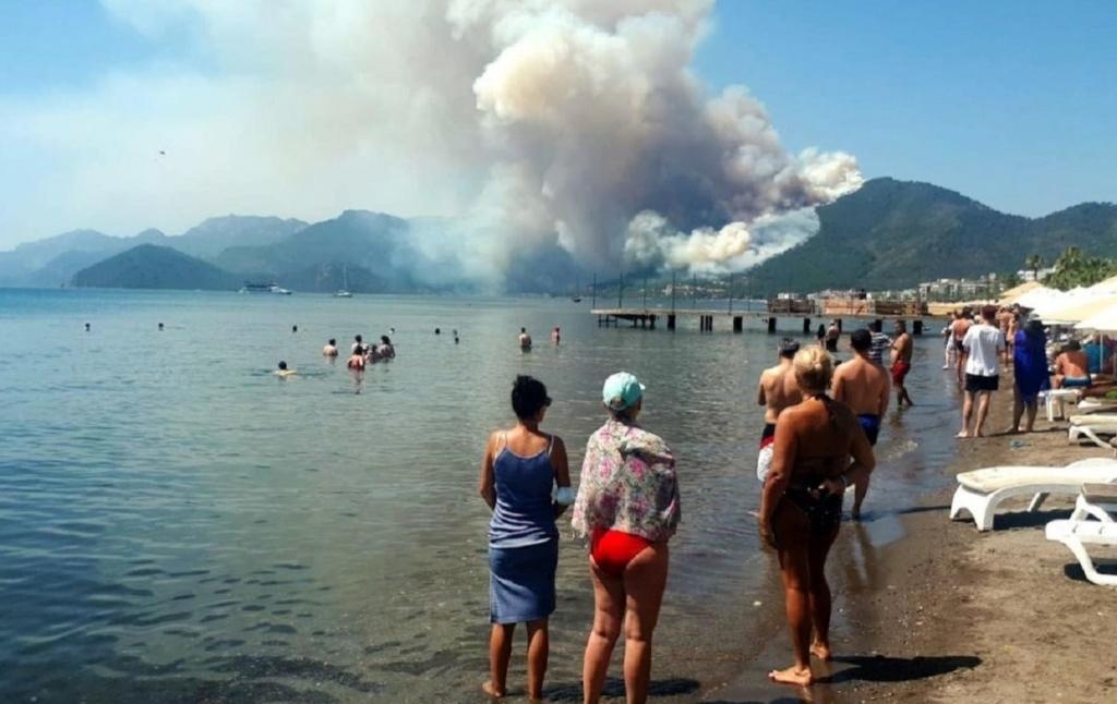 Рядом с отелями: вблизи курортного города в Турции вспыхнули лесные пожары
