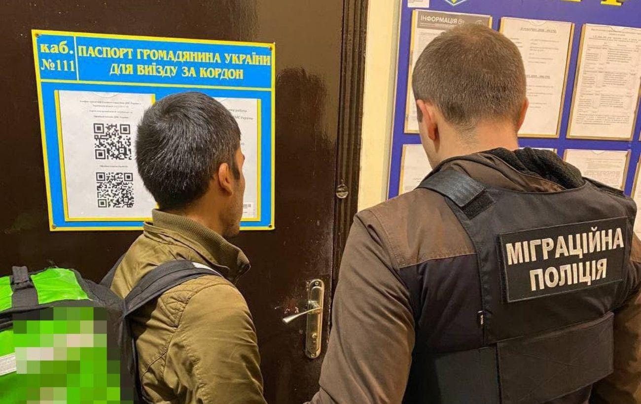 Работали курьерами вместо обучения: в Харькове обнаружили пятерых нелегалов