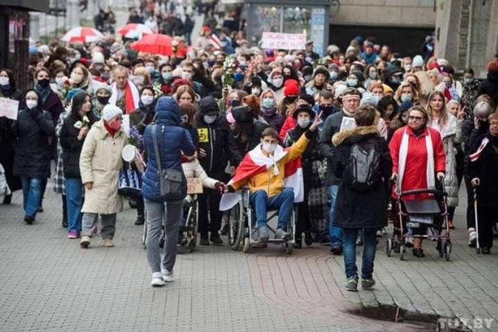 Жінки і люди з інвалідністю в Мінську проводять масову акцію протесту