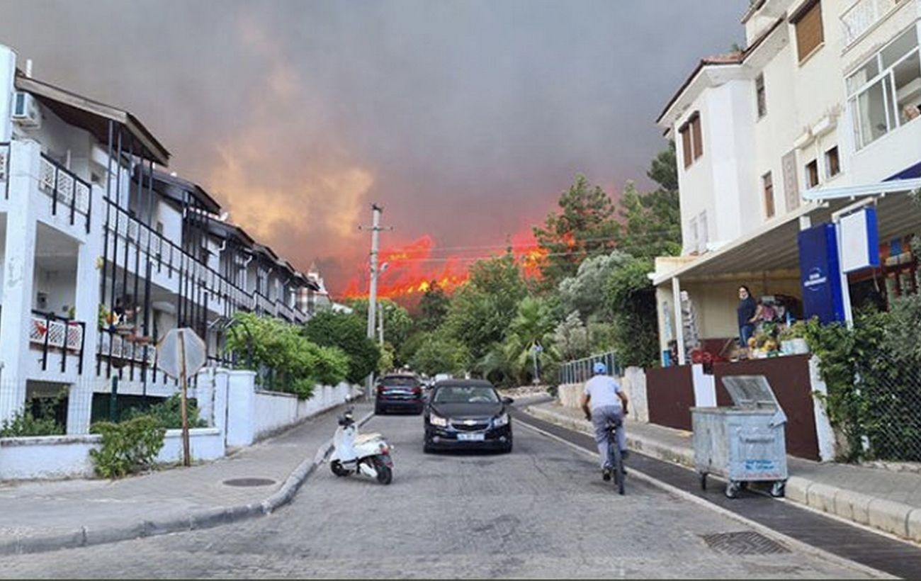 Лесные пожары в Турции вновь дошли до Мармариса: туристов эвакуируют