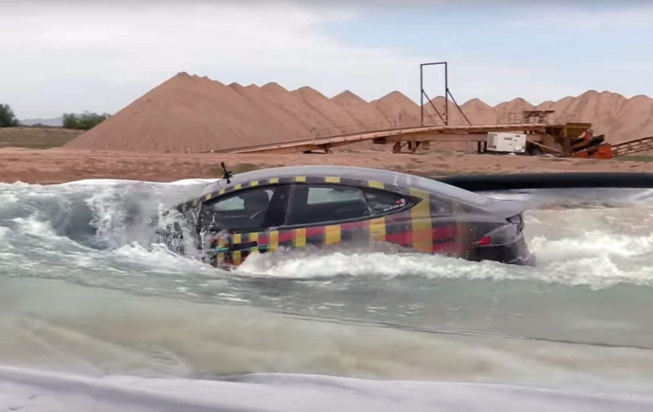 Tesla Model S випробували в режимі субмарини: машина не захотіла тонути