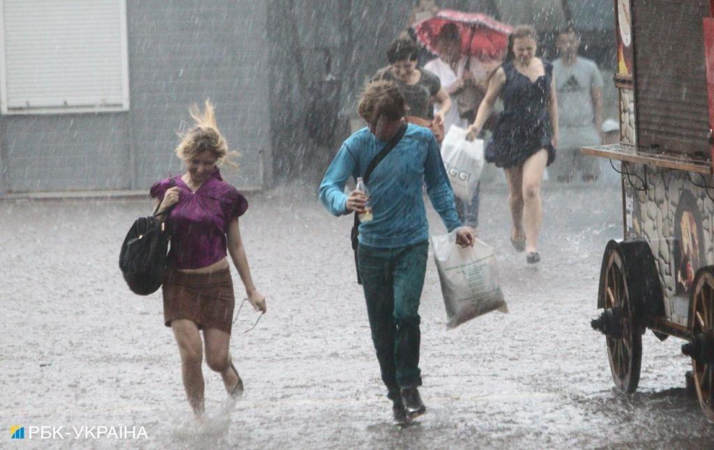 Погода в Україні погіршується: синоптики попереджають про грози в Києві та низці областей