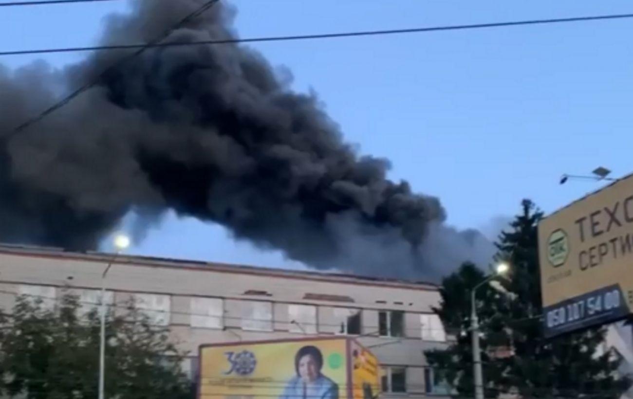 У Чернівцях загорілася меблева фабрика