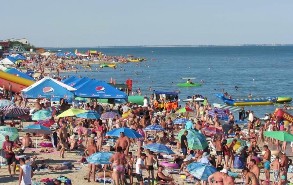 На пляже курортной Кирилловки юношу убило током: после ЧП закрыли водные аттракционы