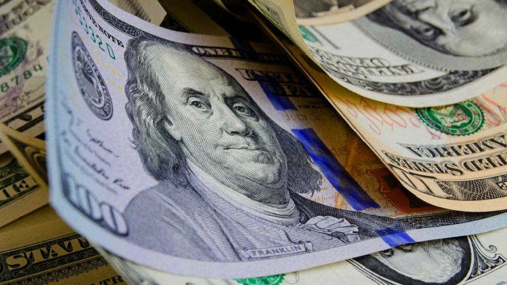 Курс долара наближається до 28 гривень